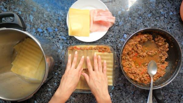 Preparando la lasaña de carne