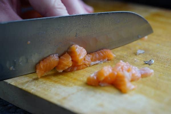 corte de salmon para tartar de salmon con aguacate